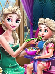 Barbie si Elsa hranesc copilul